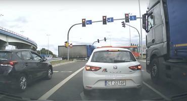 Autobus zderzył się z ciężarówką i uderzył w sygnalizację świetlną w Toruniu [WIDEO]