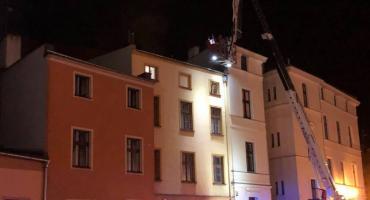 Pożar w centrum Torunia. Dziewięć zastępów strażaków walczy z ogniem! [FOTO]