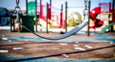 Konar drzewa spadł na dzieci przy placu zabaw w Toruniu
