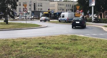 Wielka plama na Odrodzenia. Motocyklista wpadł w poślizg! [WIDEO]