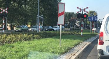 Duże zamieszanie przy przejeździe kolejowym w Toruniu [FOTO]