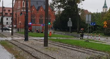 Nieprzejezdna ul. Uniwersytecka - wjazd blokują strażacy. Co się dzieje? [FOTO]
