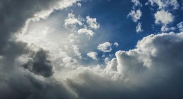 Za oknami w Toruniu nie tylko słońce i chmury...