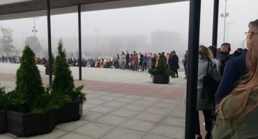Ogromna kolejka przed Aulą UMK. Studenci czekają, ale mają powody