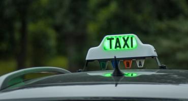 Taksówkarz oczekiwał na nocny kurs w Toruniu. Wandal zniszczył mu samochód...