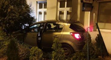 Wypadek w Toruniu. Samochód potrącił pieszego i wjechał w ogrodzenie!