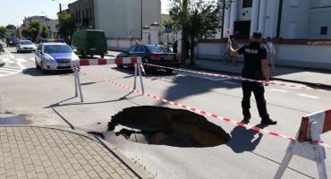 Uwaga! Zapadła się jezdnia na Placu Tysiąclecia