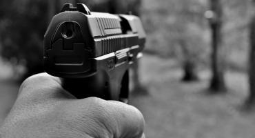 Emeryci z bronią w ręku?